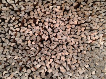 Holzstapel ohne erkennbare Struktur oder Ordnung