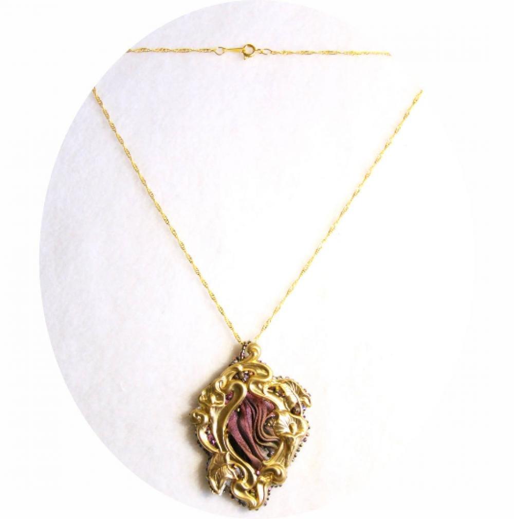 collier art nouveau pendentif medaillon lys en soie shibori mauve pourpre brodee de perles de cristal et laiton dore