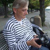 Christian Straube spielt mit Annettes Fotoapparat