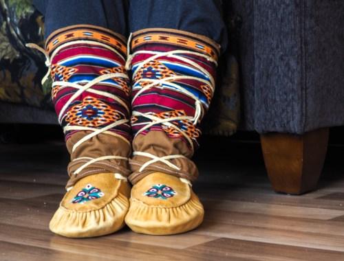 Mocassins traditionnels cris, fabriqués à la main au Québec.