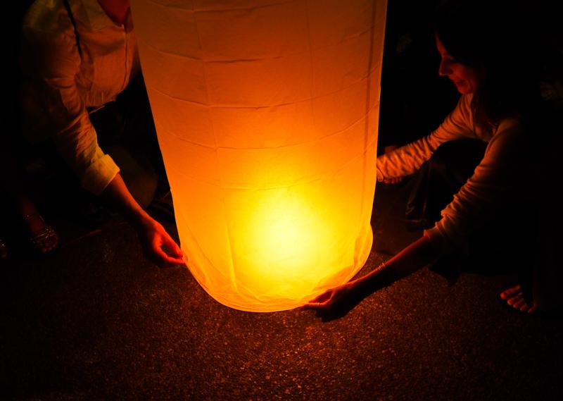 Gens qui allument une lanterne
