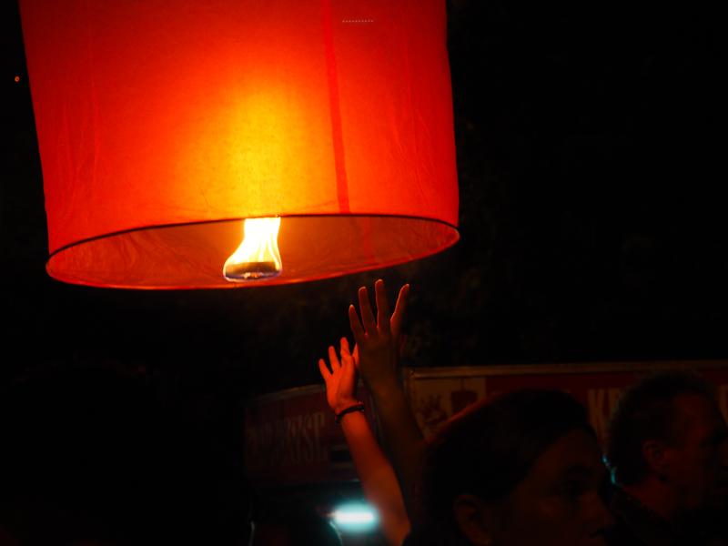 Lanterne de soie rouge.