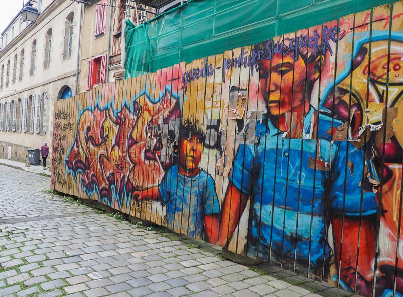 Façade avec art de rue dans la ville de Rennes.