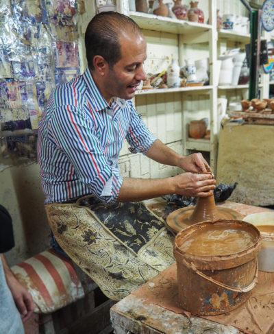 Homme qui fait de la poterie à Hebron