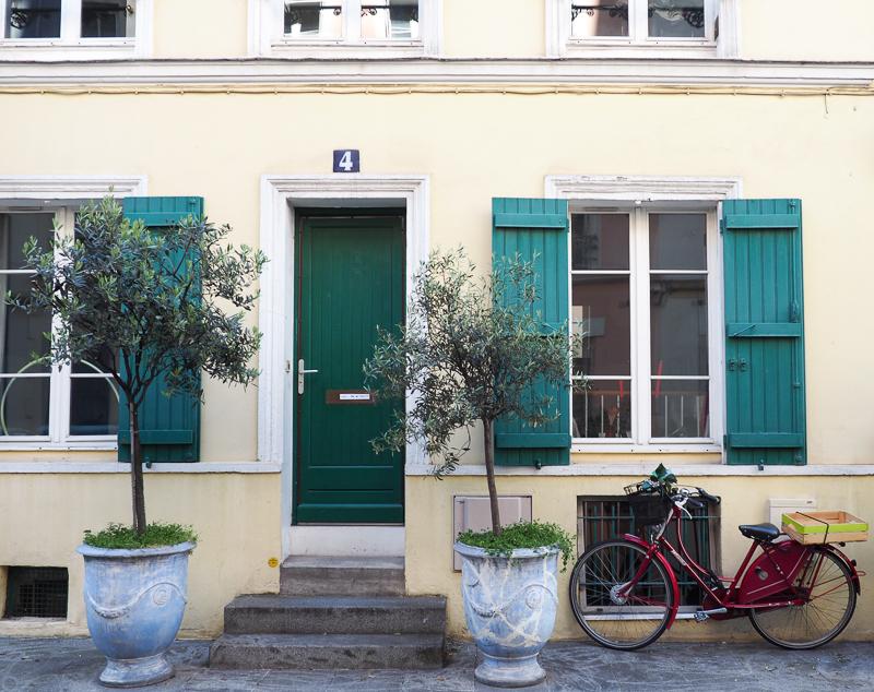 Bicyclette devant une maison de la rue Crémieux de Paris.
