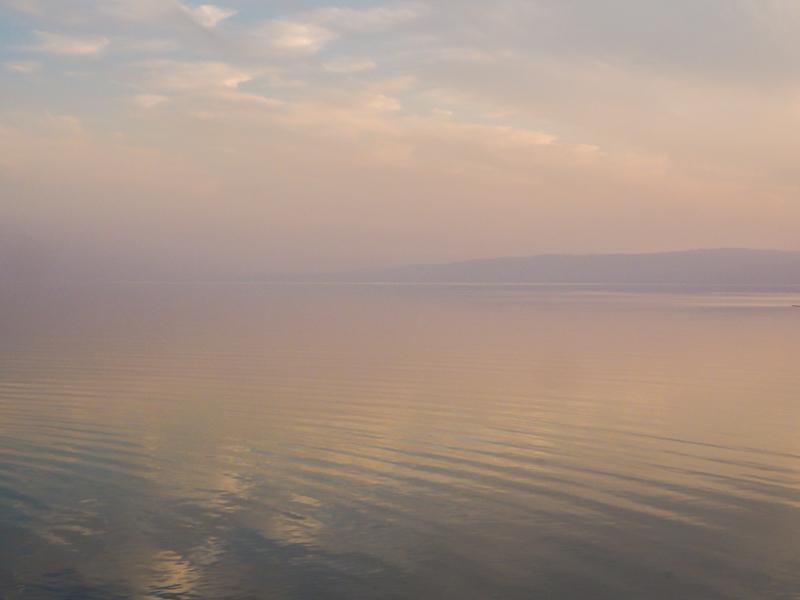 Coucher de soleil sur la mer morte en Jordanie.