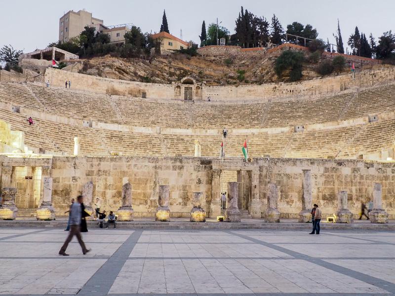 Visiter le théâtre romain dans la ville d'Amman.