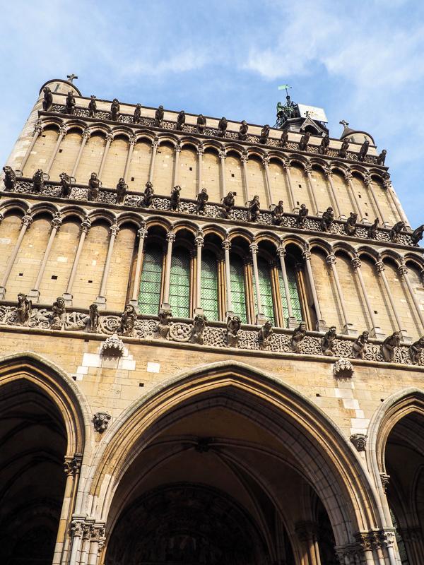 L'Église Notre-Dame de Dijon renferme plusieurs légendes, dont celles de ses gargouilles, du Jacquemart ou de la chouette. Pour en savoir plus, cliquez!
