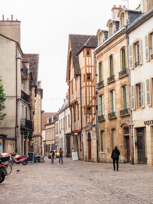 Balade à pied dans la ville de Dijon en France. Capitale de Bourgogne, elle referme plusieurs légendes à découvrir!
