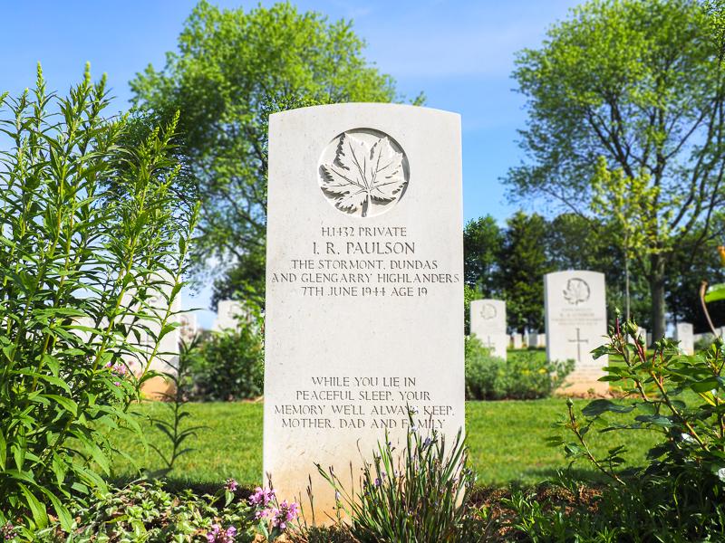 Tombe d'un soldat canadien en Normandie.