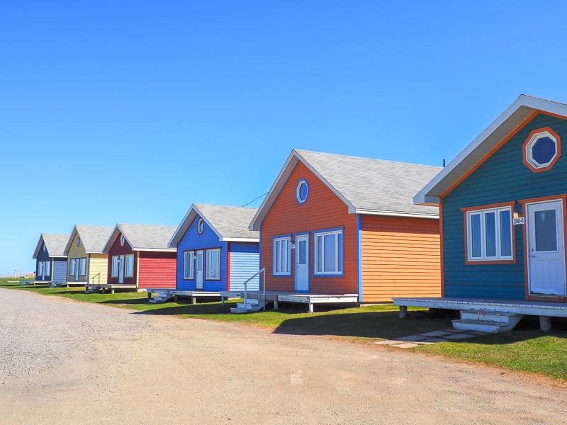 Chalets colorés à louer aux Îles de la Madeleine.