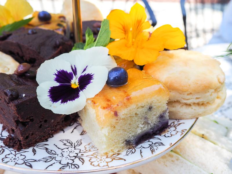 Gâteaux servis avec un thé à l'anglaise à Sherbrooke
