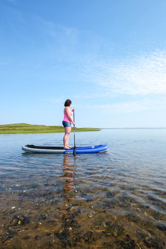 Annie en paddle board aux Îles de la Madeleine