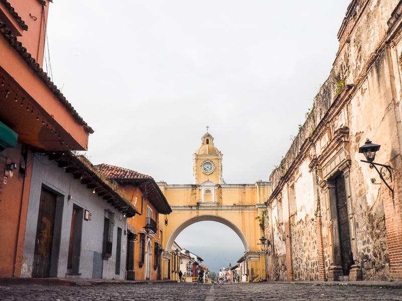 La célèbre arche jaune de la ville d'Antigua au Guatemala