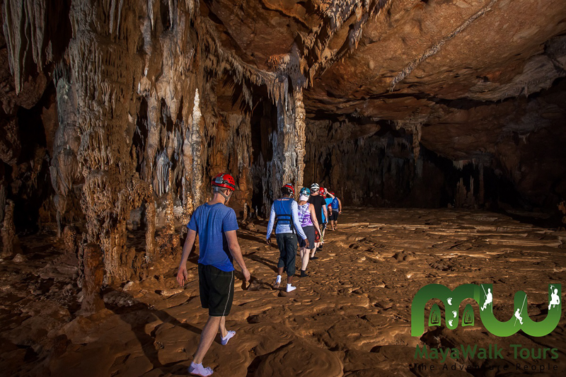 Marcher sans soulier dans la grotte ATM au Belize