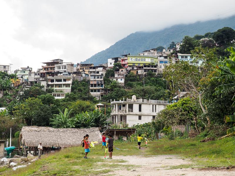 Enfants jouant au cerfs-volant au Lac Atitlan, Guatemala