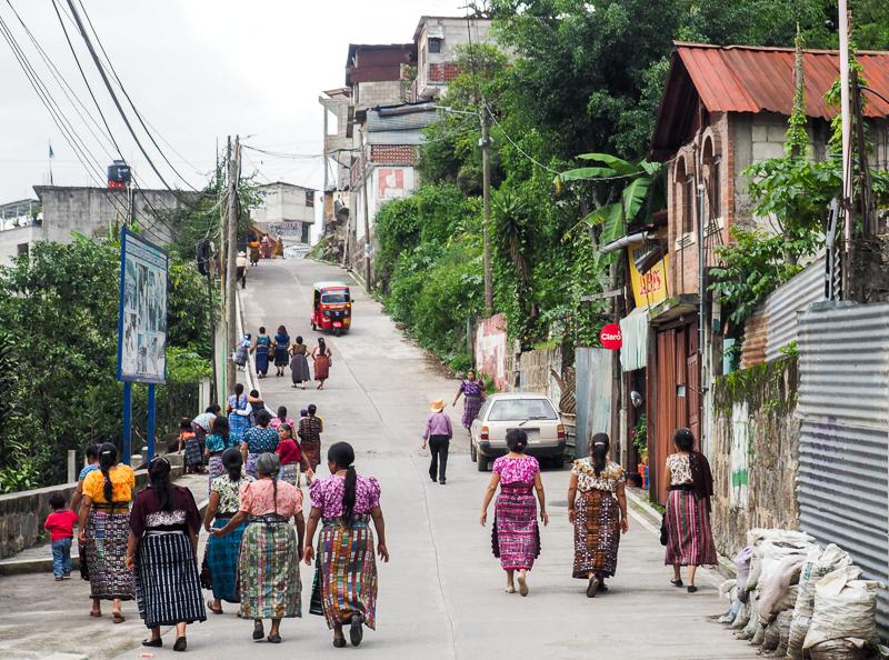 Femmes en habit traditionnelle maya au Lac Atitlan au Guatemala