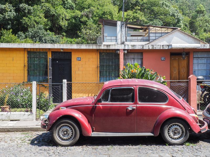 Vieille voiture devant une maison à Antigua, Guatemala