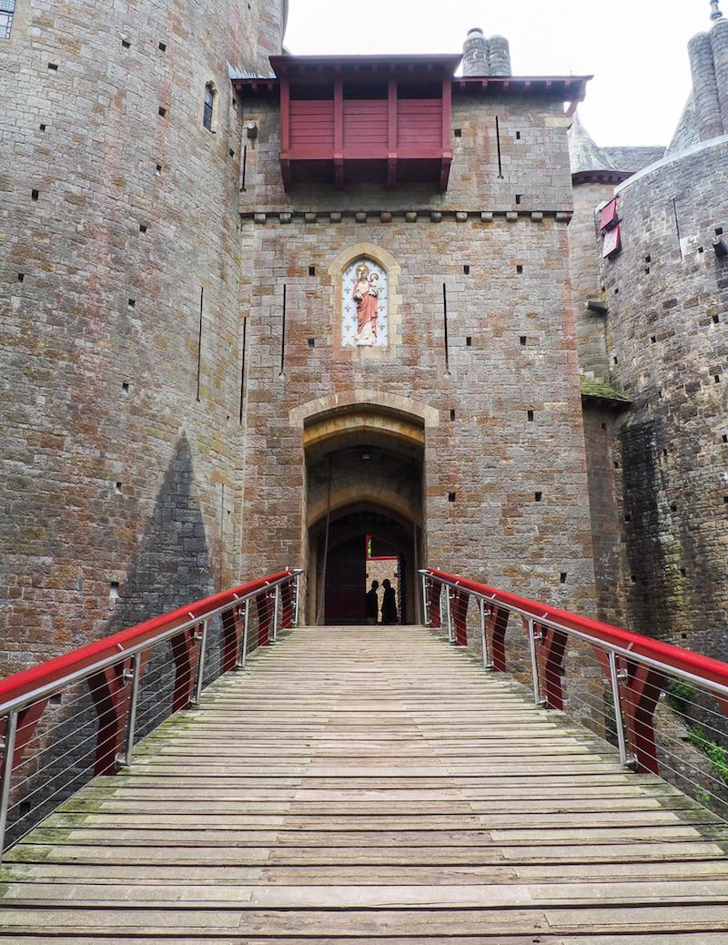Pont levis qui mène à l'entrée de Castle Coch, près de Cardiff