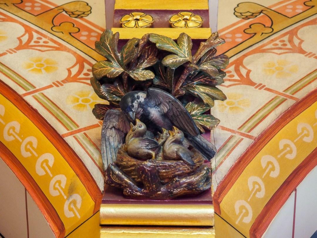 Sculptures d'oiseaux dans un détails de l'architecture de Castle Coch