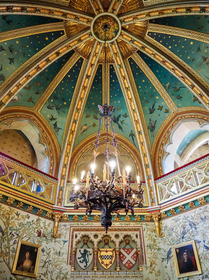 Plafond peint comme un ciel étoilé à Castle Coch