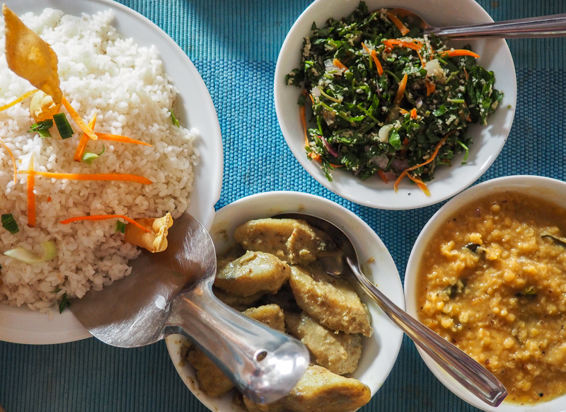 Repas traditionnel sri lankais: riz et curry