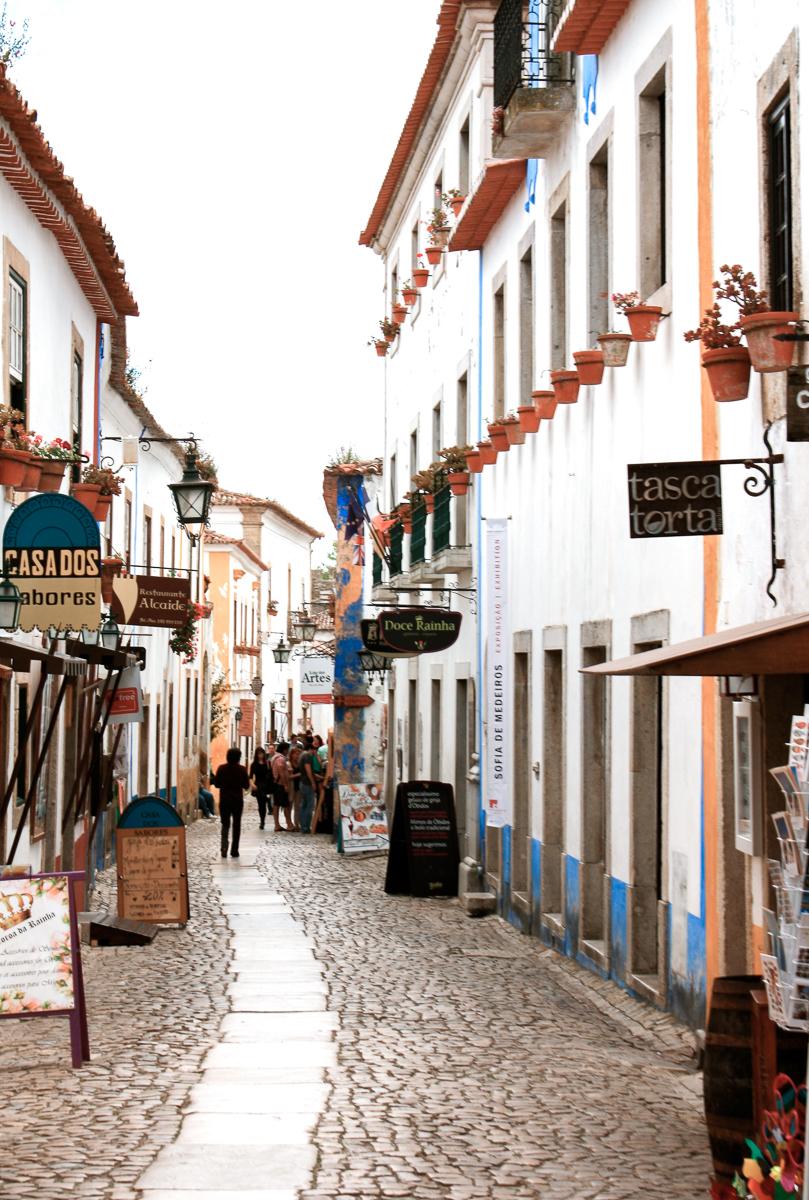 Rue principale d'Obidos, où se trouvent les magasins et restaurants