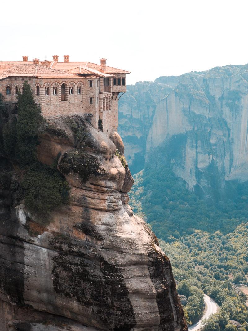 Les monastères des météores sont construits à flanc de falaises