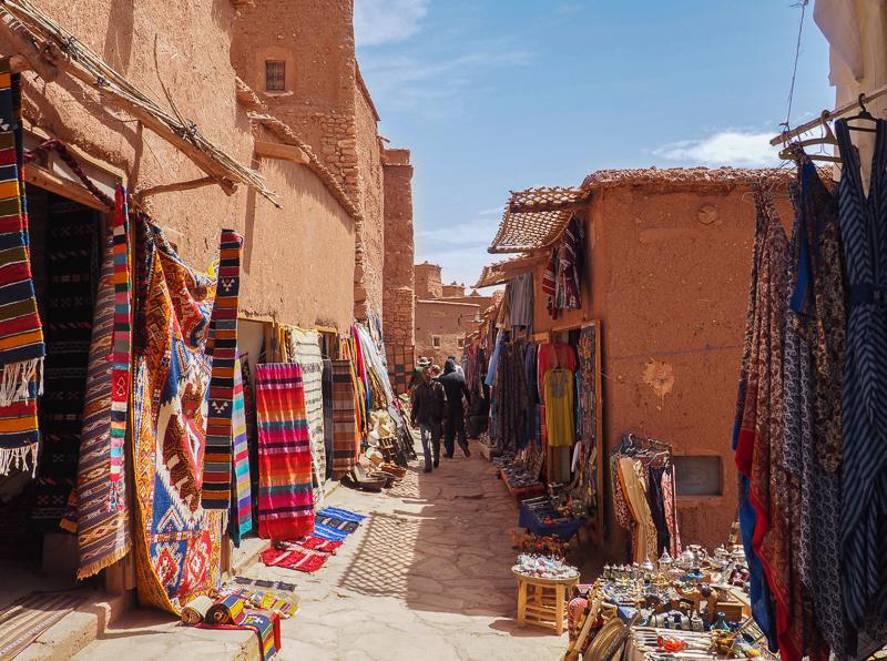 Rue commerçante dans la kasbah Aït-Ben-Haddou.