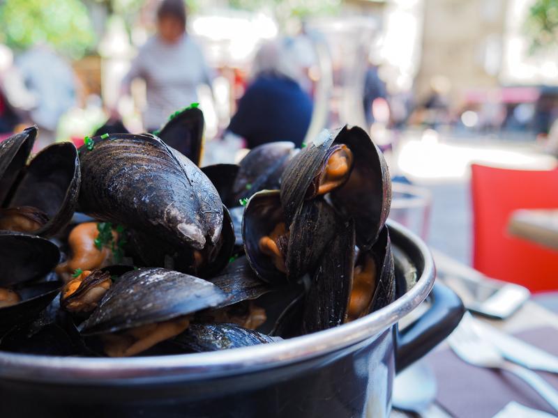 Moules servies dans un restaurant de Saint-Malo