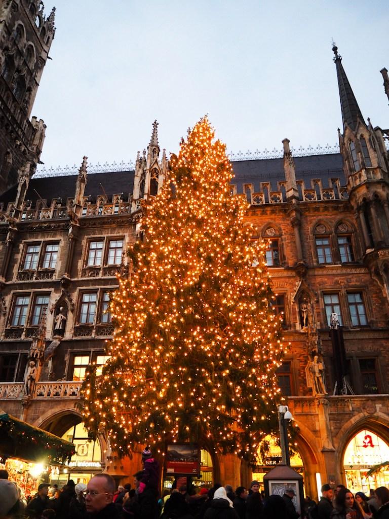 Sapin de Noël au marché de Noël de Munich, à Marienplatz