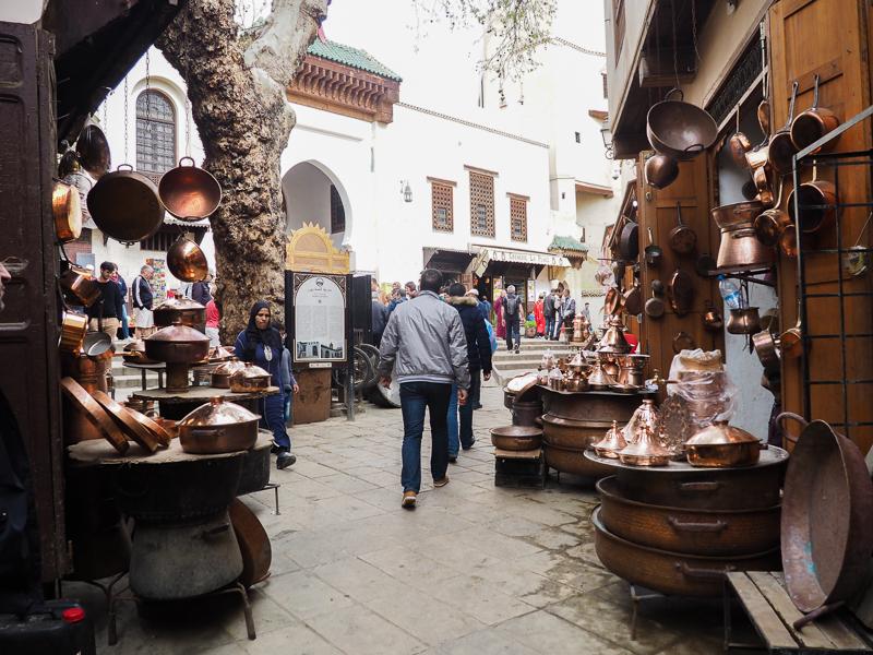 Marchands de cuivre dans les souks de Fès au Maroc