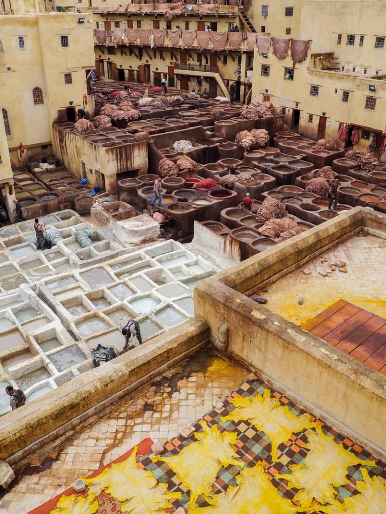 Visiter les tanneries sont un incontournable dans la ville de Fès au Maroc