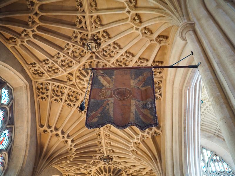 Vieux drapeau britannique à l'intérieur de l'Abbaye de Bath en Angleterre