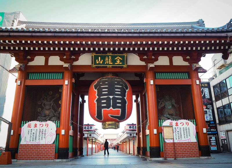 Porte Kaminarimon pour se rendre au temple Senso-ji de Tokyo