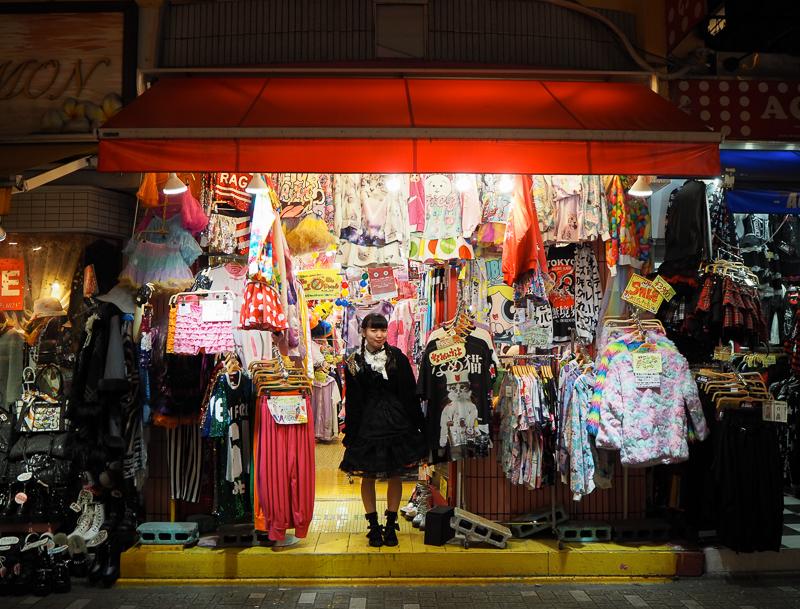 Une vendeuse gothique se tient devant une boutique de la Takeshita dori à Tokyo