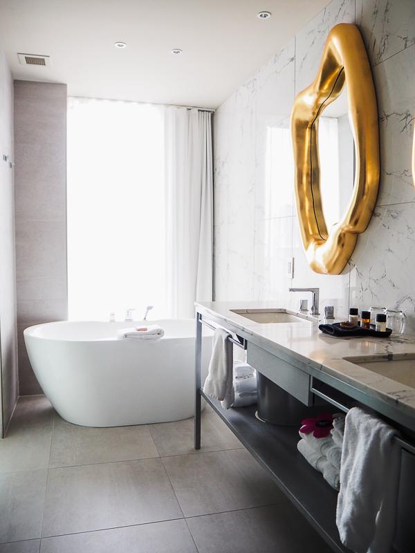 Salle de bain à l'hôtel Monsieur Jean de Québec - bain et comptoir