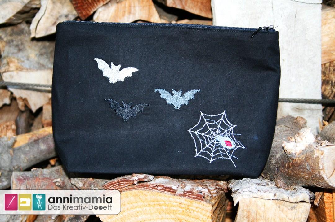 Halloween-Stickdateien von Nadelbar auf Lillesol und Pelle-Tasche (hinten)