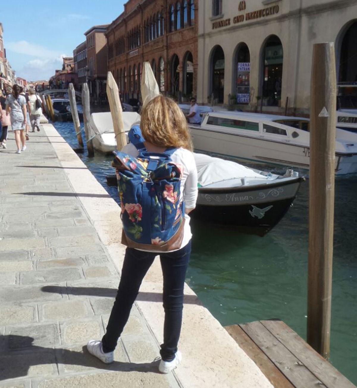 Mamia mit Rucksack No. 1 in Venedig
