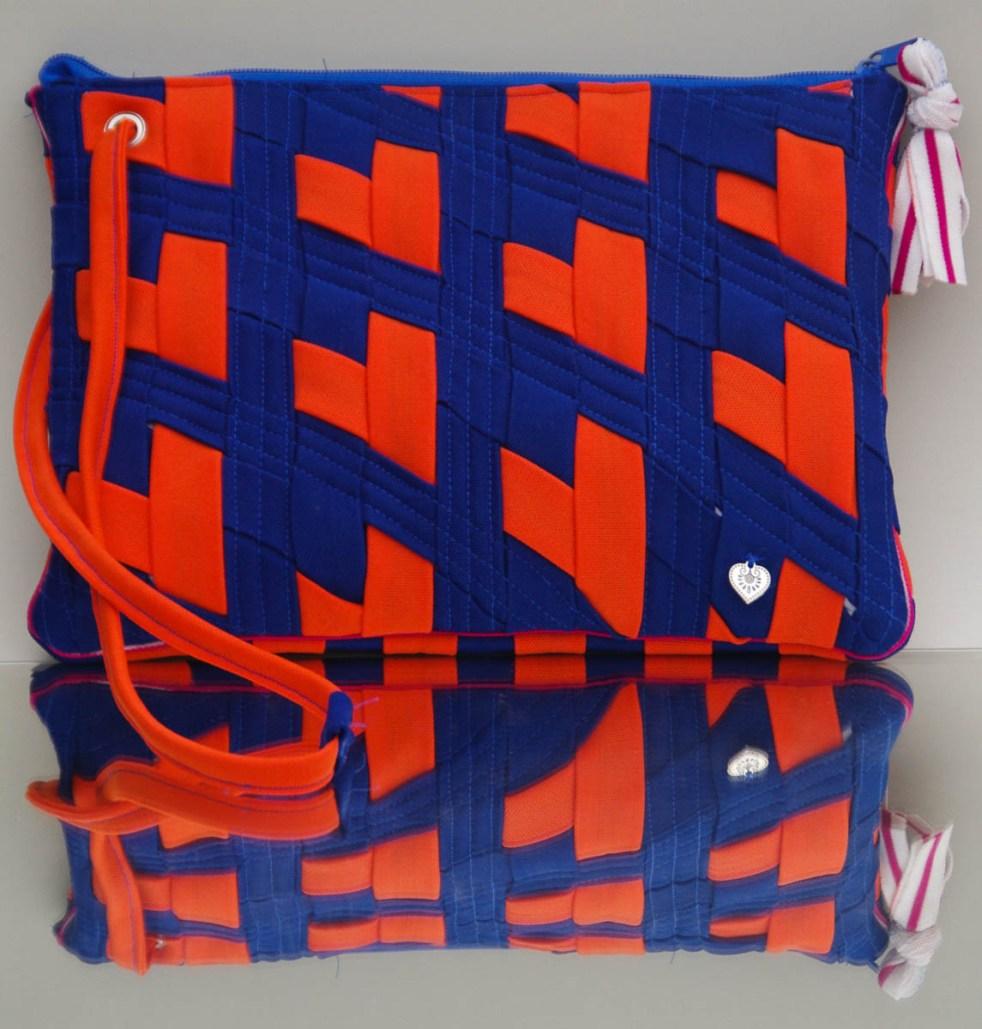 KSW 20: Tablet-Tasche mit gewebten Retro-Herzen