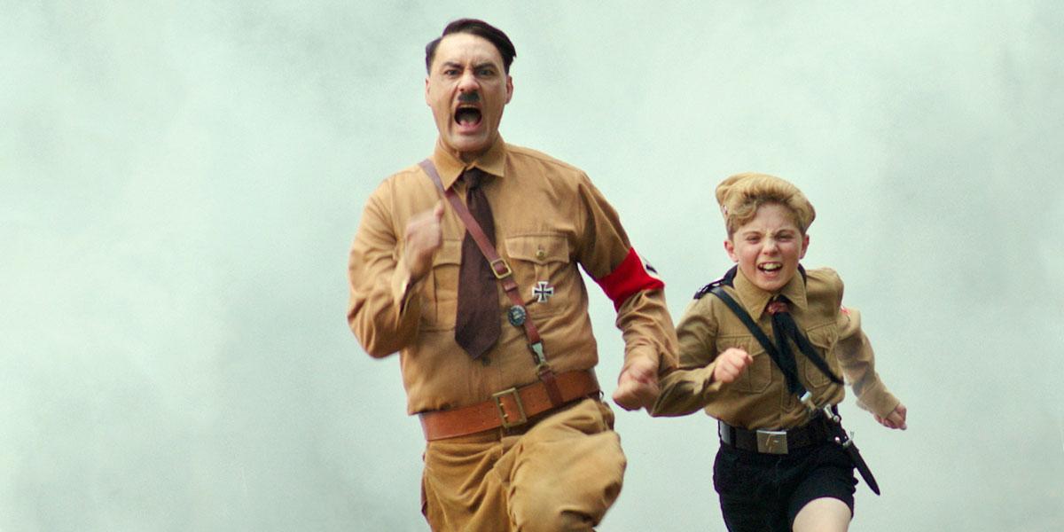 Taika Waititi nei panni di Hitler corre in una scena di Jojo Rabbit
