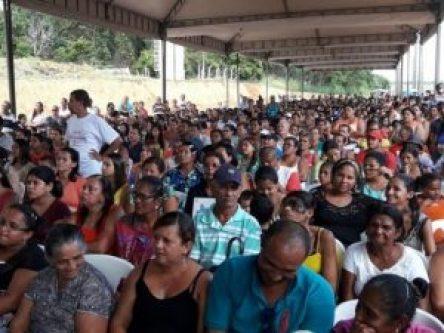 Centenas de pessoas compareceram à solenidade de entrega das casas