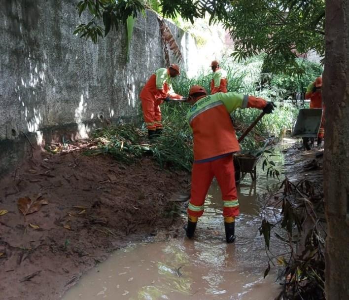 Profissionais fazem a limpeza de canal em Riacho Doce. Foto: Ascom Sudes