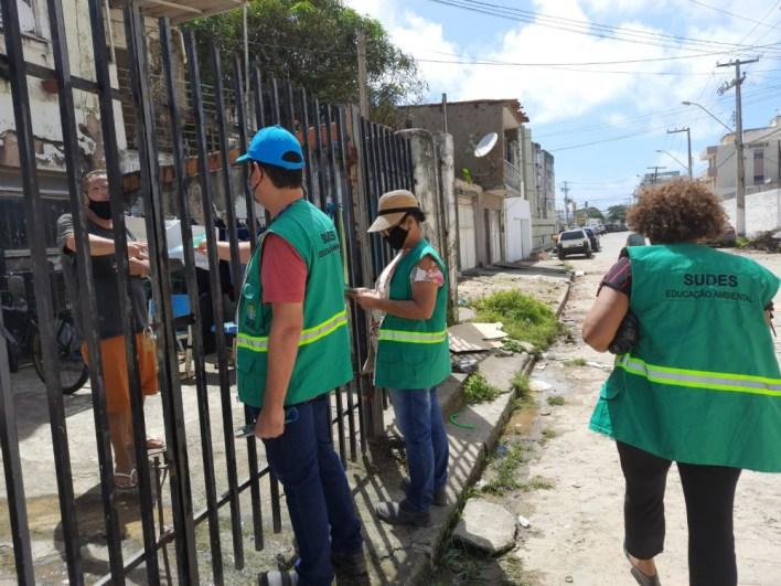 Educadores realizam ações porta a porta. Foto: Ascom Sudes