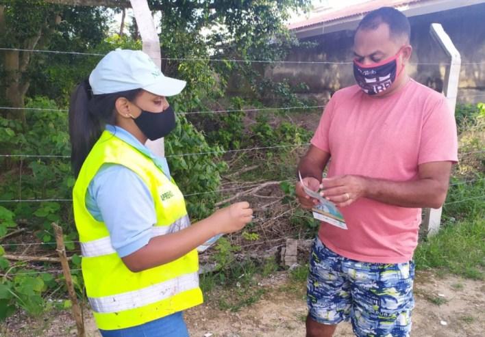 Equipes de educação ambiental orientam moradores do Conjunto José Tenório. Foto: Ascom Sudes