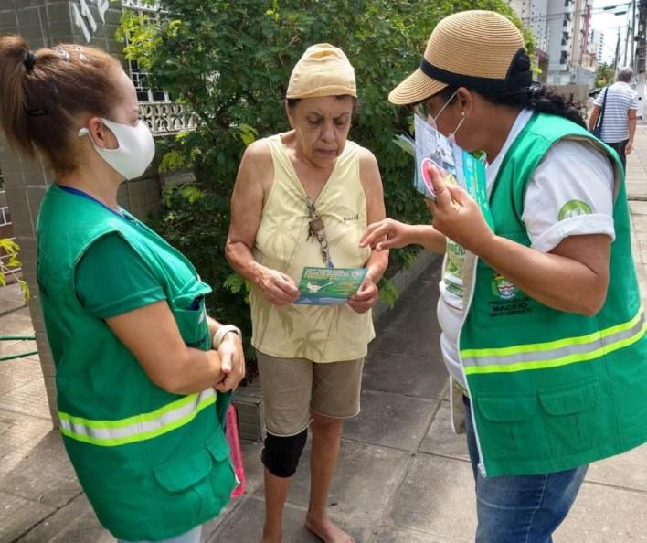 Educadores orientam os moradores sobre o descarte irregular e os Ecopontos. Foto: Ascom Sudes
