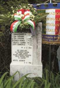 La lapide che ricorda i sette partigiani caduti.