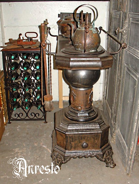 Antieke ijzeren Leuvense stoof