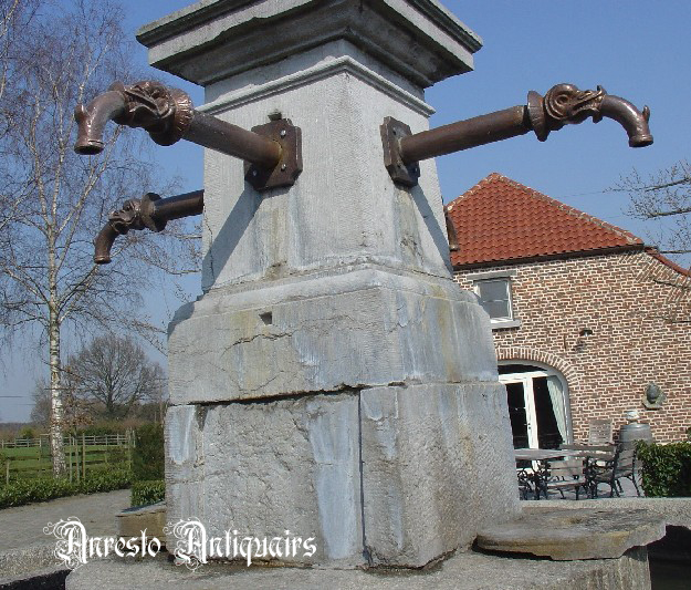 Ref. 68 – Antieke verlengde waterspuwer met vissenkop motief