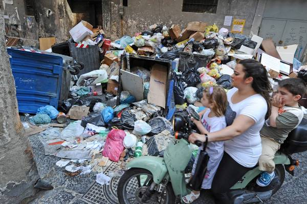 Una strada di Napoli piena di rifiuti (giugno 2011)